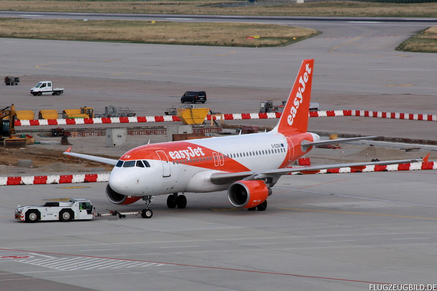 Airport Stuttgart / Airbus A319 Easyjet beim Pushback // Juli 2017